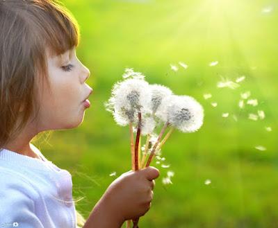 صورة طفل جميل مع خلفية خضراء طبيعية