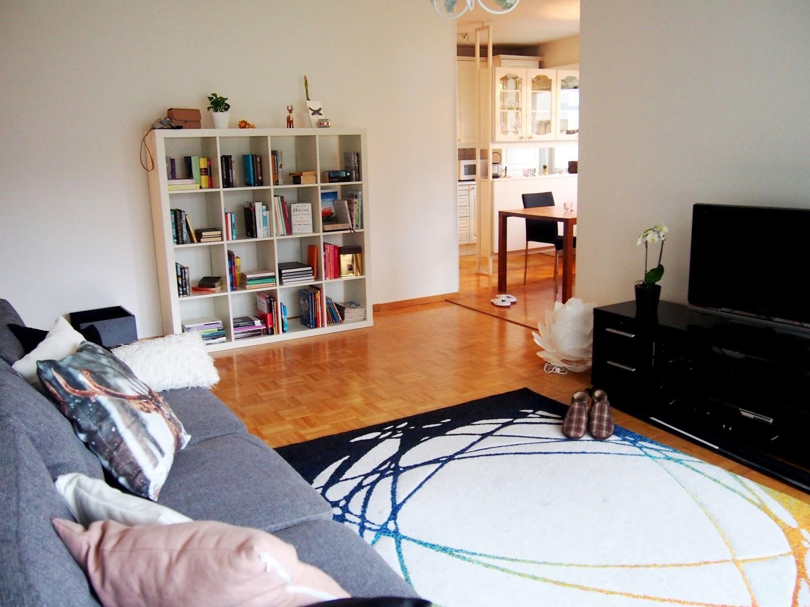 moving muutto uusi asunto new apartment home koti sisustus interior decor bookcase kirjahylly olohuone livingroom dining ruokatila