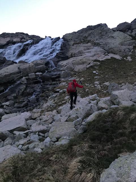 Primeres llums del dia a uns 2400 metres