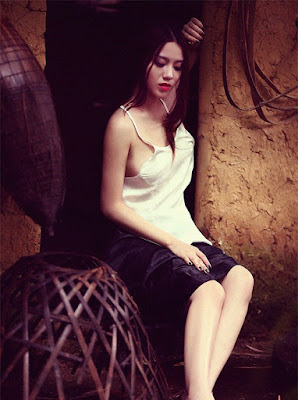 Linh Miu diện áo yếm khoe ngực căng đầy 3