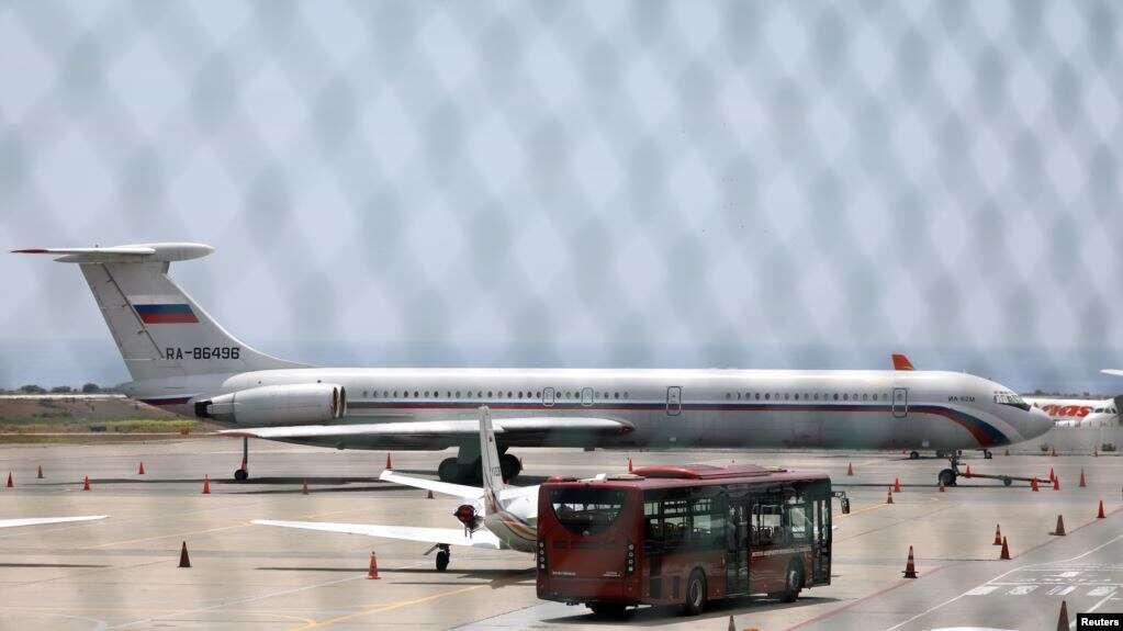En esta foto se aprecia un avión con la bandera rusa en el aeropuerto internacional Simón Bolívar en Caracas. Rusia asegura que su cooperación es transparente / REUTERS