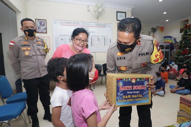 Kapolda dan Wakapolda Kepri Menghadiri Kegiatan Bakti Sosial Dalam Rangka Natal Tahun 2020 Dengan Mengunjungi Panti Asuhan