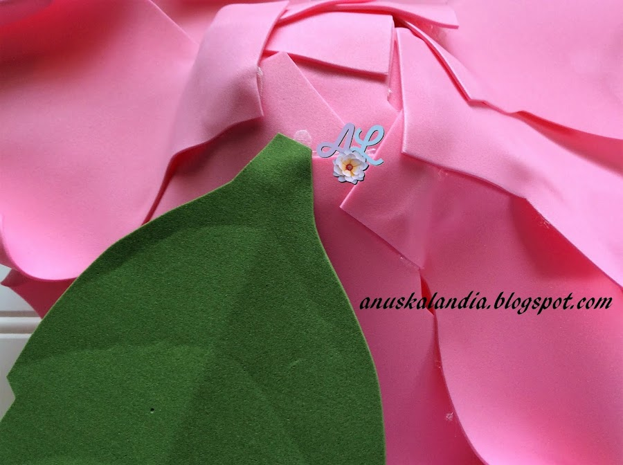 Rosa-gigante-en-goma-eva-o-foamy-23-pegar-hojas-Anuskalandia
