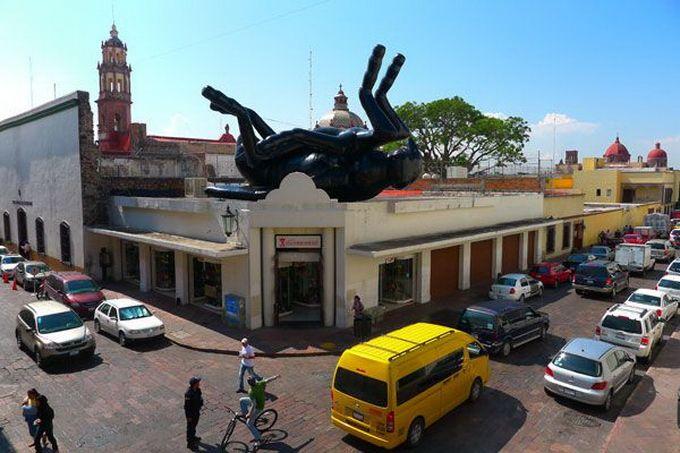 Escultura gigante de una mosca