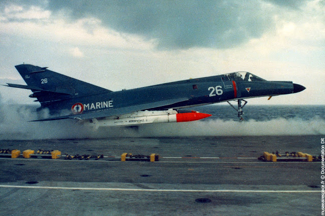 مقاتلة Super Étendard مسلحة بصاروخ ASMP
