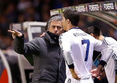 """Mourinho """"xả hận"""", Ronaldo định đấm thẳng mặt: Bí mật phòng thay đồ Real"""