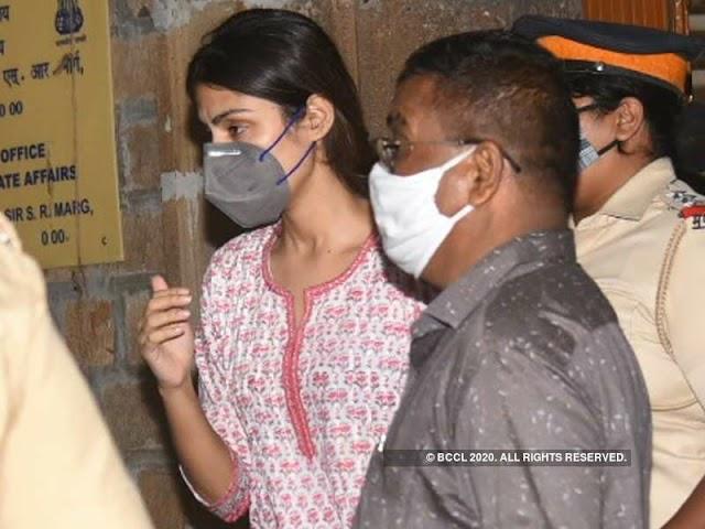 Riya Chakraborty: फिल्म निर्माता रिया चक्रवर्ती पर एक बायोपिक बनाने के इच्छुक हैं?