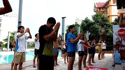 Tập bơi trên cạn để học bơi an toàn