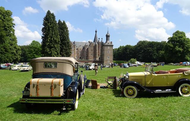Ford Oldtimer  auf Schloss Merode warten auf die . Schloss Merode, Oldtimer