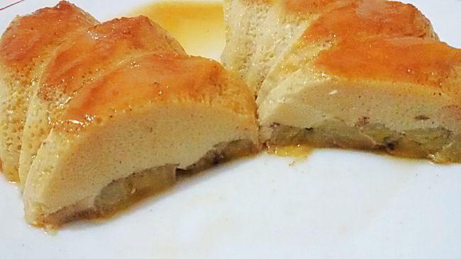 Corte del pudín de plátano en el microondas