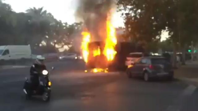 Un autobús urbano de Sevilla, envuelto en llamas