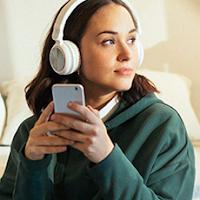 Dziewczyna ze słuchawkami biorąca udział w promocji ING Banku Śląskiego z premią 160 zł za konto Mobi