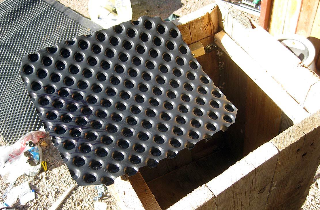 Patolevyä laitoin myöhemmin tiskikoneen alle kun alkoi jostain tiskikoneen alatiivisteen raosta pikkusen valumaan vettä lattialle.