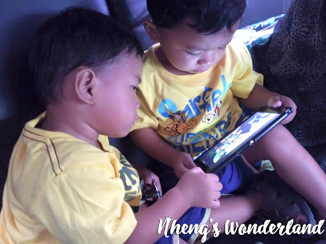 fraternal-twin-boys-playing-gadget