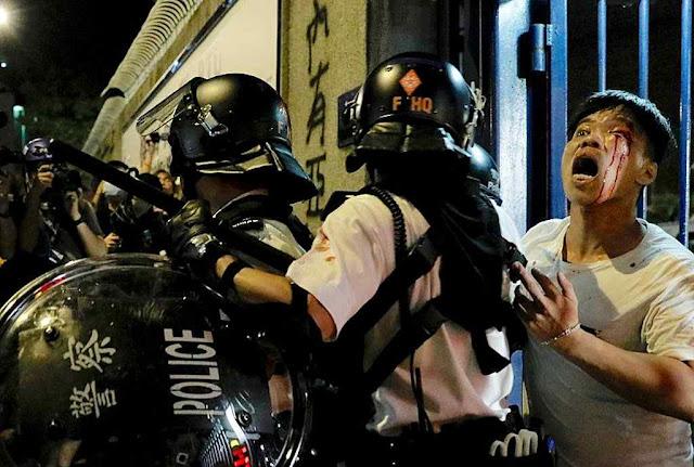Hong Kong geme sob as pauladas da polícia anti-distúrbios