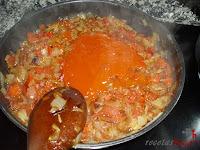 Añadiendo tomate frito
