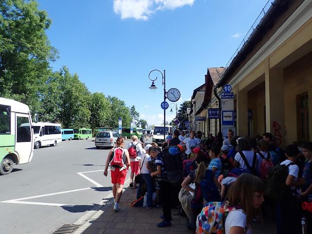 Zakopiański dworzec w lecie, jest sporo ludzi