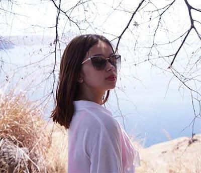 Rebecca Klopper Pakai Kacamata
