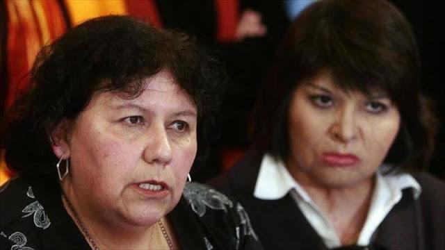La presidenta de la Agrupación de Ejecutados Políticos en Chile, Alicia Lira (izda.)