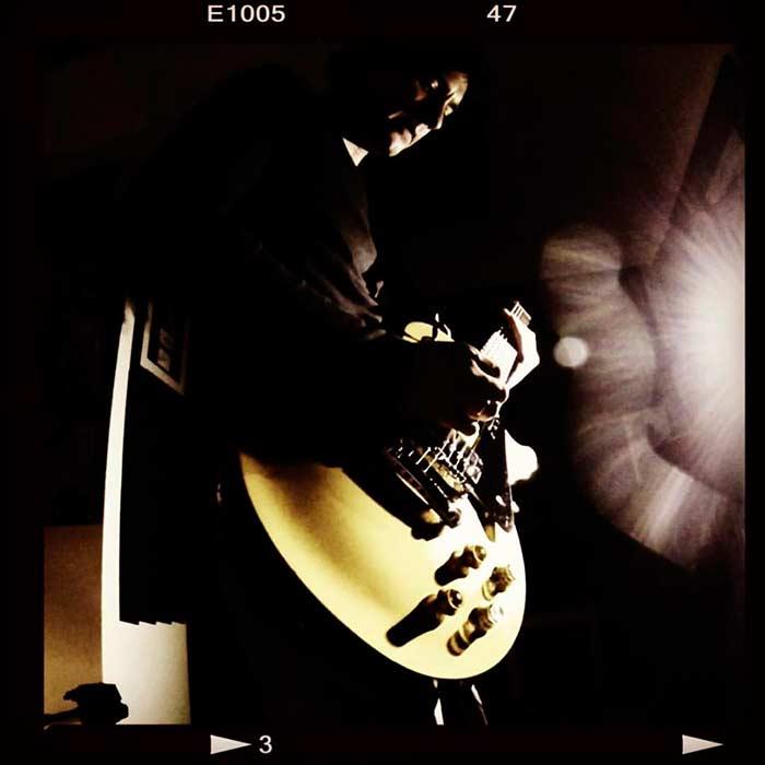 """El autor y su Gibson Les Paul """"Joe Bonamassa"""" signature edition Goldtop."""