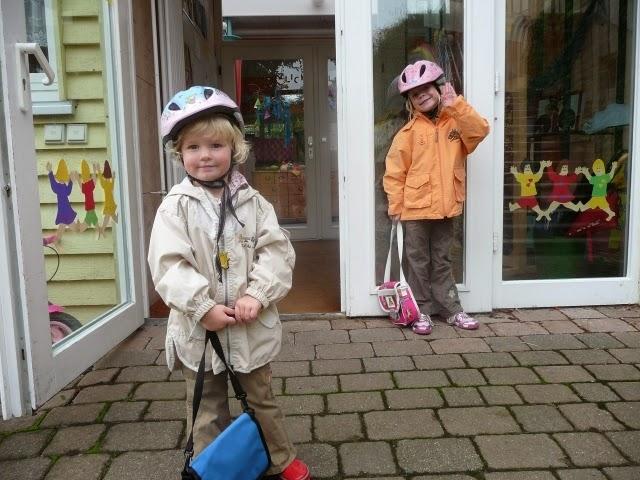 Zwei Kinde vor einer Kita