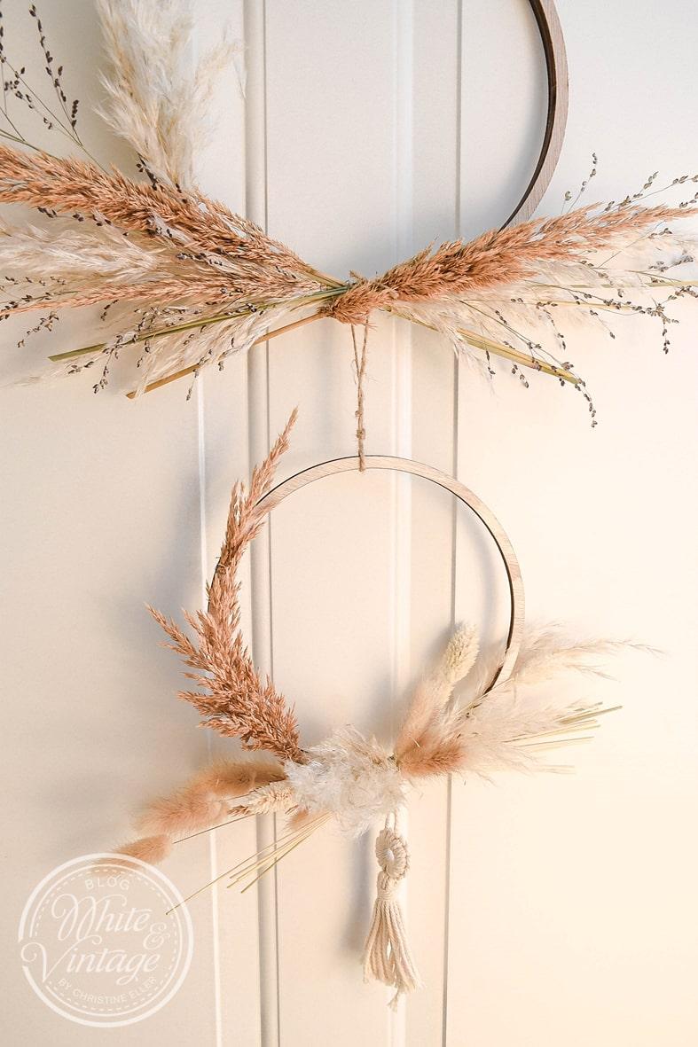 Winterkranz aus getrockneten Gräsern im Boho-Stil