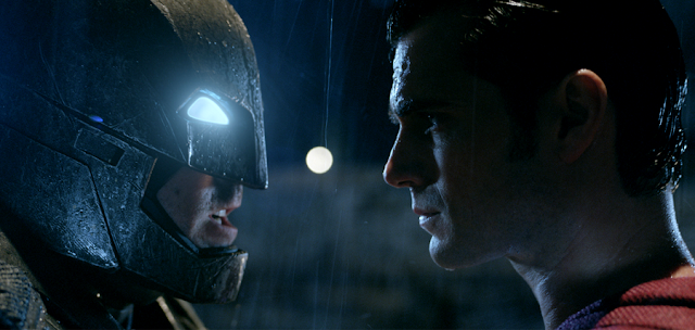 Ben Affleck (Batman) şi Superman (Henry Cavill) în Batman V Superman: Dawn Of Justice