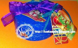 cajita navideña decorada con pintura papel y cintas