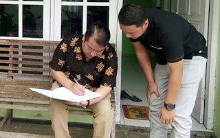 Bupati Wonosobo ketika memeriksa dokumen pelayanan di Puskesmas Wonosobo I.(Foto: Ariswanto)