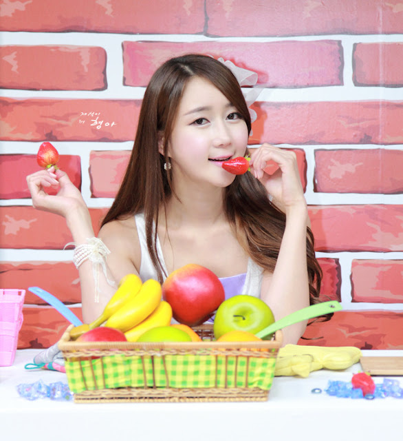 Naked In The Kitchen: Han Chae Yee - Cute Fashion In The Kitchen