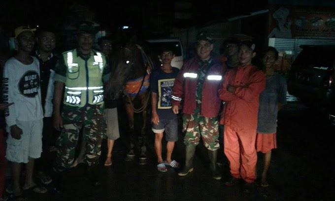 Meski Hujan, Babinsa Koramil 03/Sukmajaya Tetap Patroli