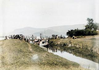 kapal yang sedang melewati jembatan tano ponggol di pangururan