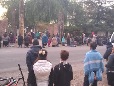 Fieles de San Rafael frente al Seminario Diocesano