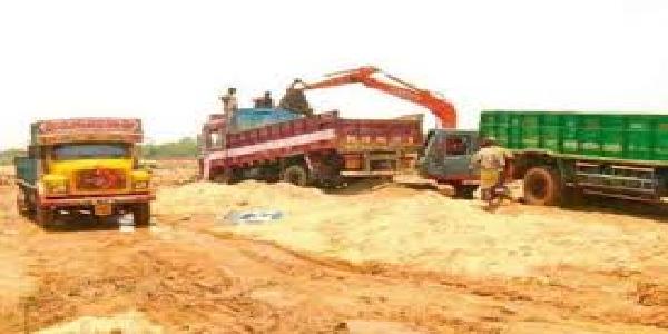 Uttarpradesh-baanda-me-2-baalu-khadan-seas-143-overload-truck-javt