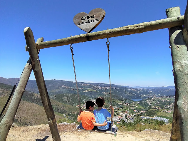 Baloiço de madeira no Monte de São Gens