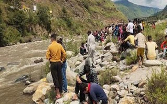 हिमाचल: 4 साल की बेटी-9 महीने का बेटा, सबको छोड़कर नदी में कूद गई मां