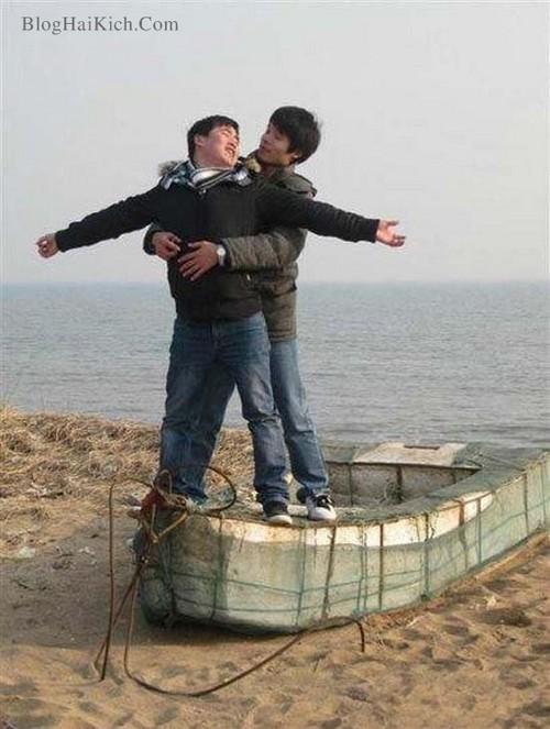 Hình ảnh 2 chàng trai tạo dáng đứng trên tàu như phim Titanic