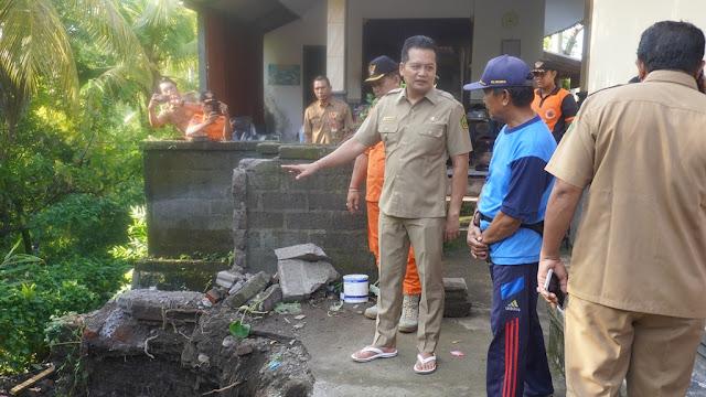 Kunjungi Warga Korban Longsor, Wabup Kembang Serahkan Bantuan