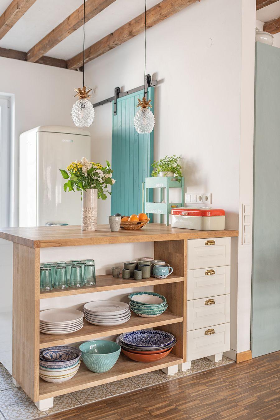 Wiosenne kolory w klimatycznym mieszkanku, wystrój wnętrz, wnętrza, urządzanie domu, dekoracje wnętrz, aranżacja wnętrz, inspiracje wnętrz,interior design , dom i wnętrze, aranżacja mieszkania, modne wnętrza, home decor, styl skandynawski, scandi, scandinavian style, kuchnia, kitchen, drewniane klaty, drewniana półka, białe szafki, meble kuchenne, turkusowe płytki, aneks kuchenny, mała kuchnia, small kitchen, wyspa kuchenna