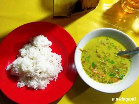 Seporsi Soto Daging dan Nasi