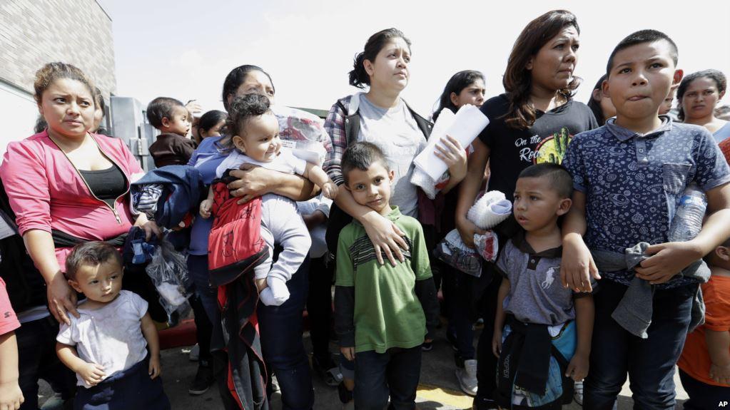 Familias retenidas en frontera de EEUU con México y Centroamérica / AP