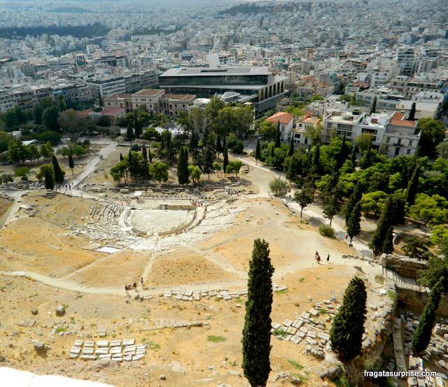 O Museu da Acrópole de Atenas visto do alto da Acrópole