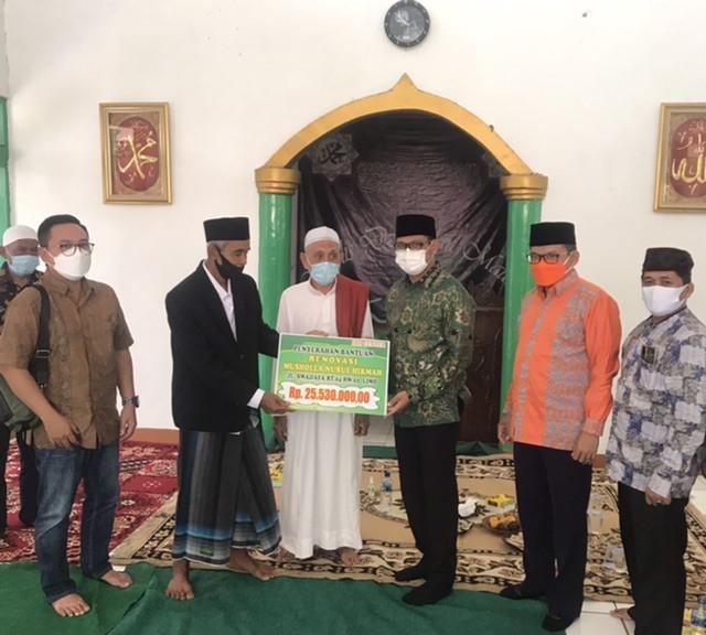 Wakil Walikota Serahkan Bantuan Renovasi Musala Nurul Hikmah