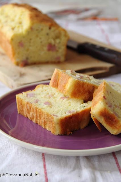 Cake con prosciutto cotto, robiola e maggiorana.