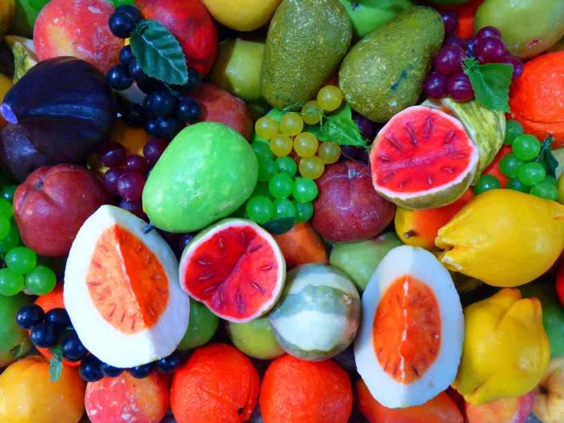 صورة جميلة لتشكيلة كبيرة من الفاكهة اللذيذة بكل أنواعها