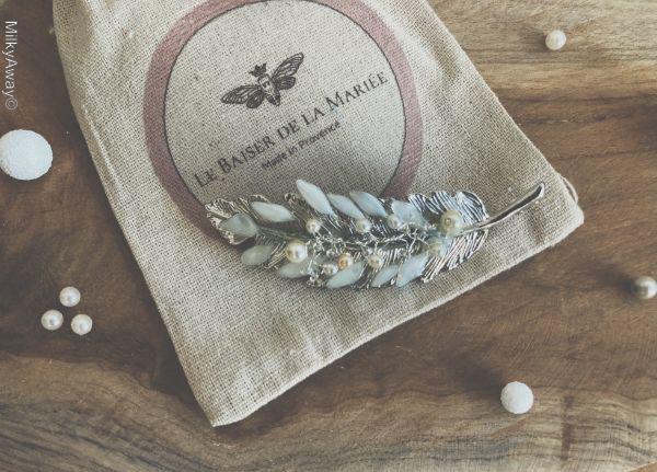 Barrette plume argentée perles et pétales Le Baiser de la Mariée