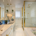 Banheiro maravilhoso branco e dourado com painel de pedra Ágata azul!