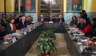 """LIM03. LIMA (PERÚ), 08/08/2017.- El canciller de Perú, Ricardo Luna (c, fondo), preside la mesa de reunión de cancilleres y ministros de Relaciones Exteriores de América y el Caribe hoy, martes 8 de agosto de 2017, en Lima (Perú). Los cancilleres y representantes de 17 países de América y el Caribe iniciaron hoy en Lima una reunión convocada de urgencia por Perú, para buscar una posición conjunta y propiciar una salida negociada a la crisis política y social en Venezuela. Se prevé que tras el encuentro se emita una resolución conjunta sobre el orden constitucional en Venezuela, de rechazo a la nueva Asamblea Constituyente y a favor de los derechos humanos del pueblo venezolano. EFE / Ernesto Arias Los 17 países de América y el Caribe reunidos hoy en Lima para tratar la situación de Venezuela reafirmaron su opinión común de que esa nación """"ya no es una democracia"""" y que """"los actos que emanen"""" de su Asamblea Constituyente """"son ilegítimos"""".  Esas fueron dos de las conclusiones expresadas en la denominada declaración de Lima, difundida por los cancilleres nada más terminar la reunión que mantuvieron a lo largo de todo el día de hoy y que incluyó el reconocimiento de la Asamblea Nacional como único órgano legítimamente elegido en Venezuela, el rechazo a la violencia y una condena a la violación de los derechos humanos cometidos en el país."""