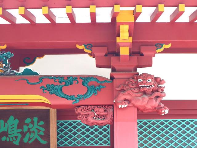 Détail d'une tête de dragon sur la porte du Temple Senso-Ji à Asakusa.