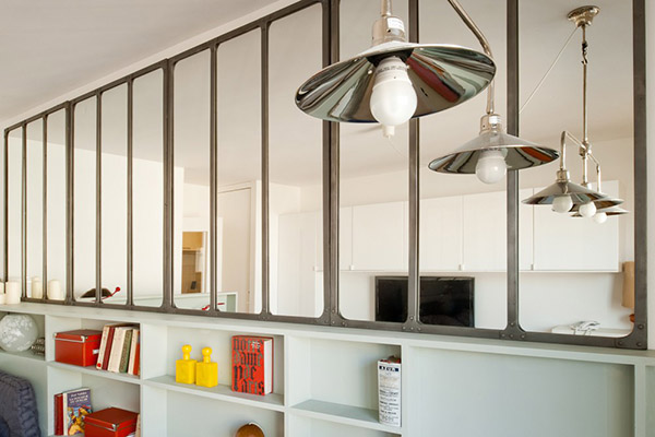 Sp cial petits espaces d coration r tro dans un studio de 26 m2 blog d co mydecolab for Miroir type verriere